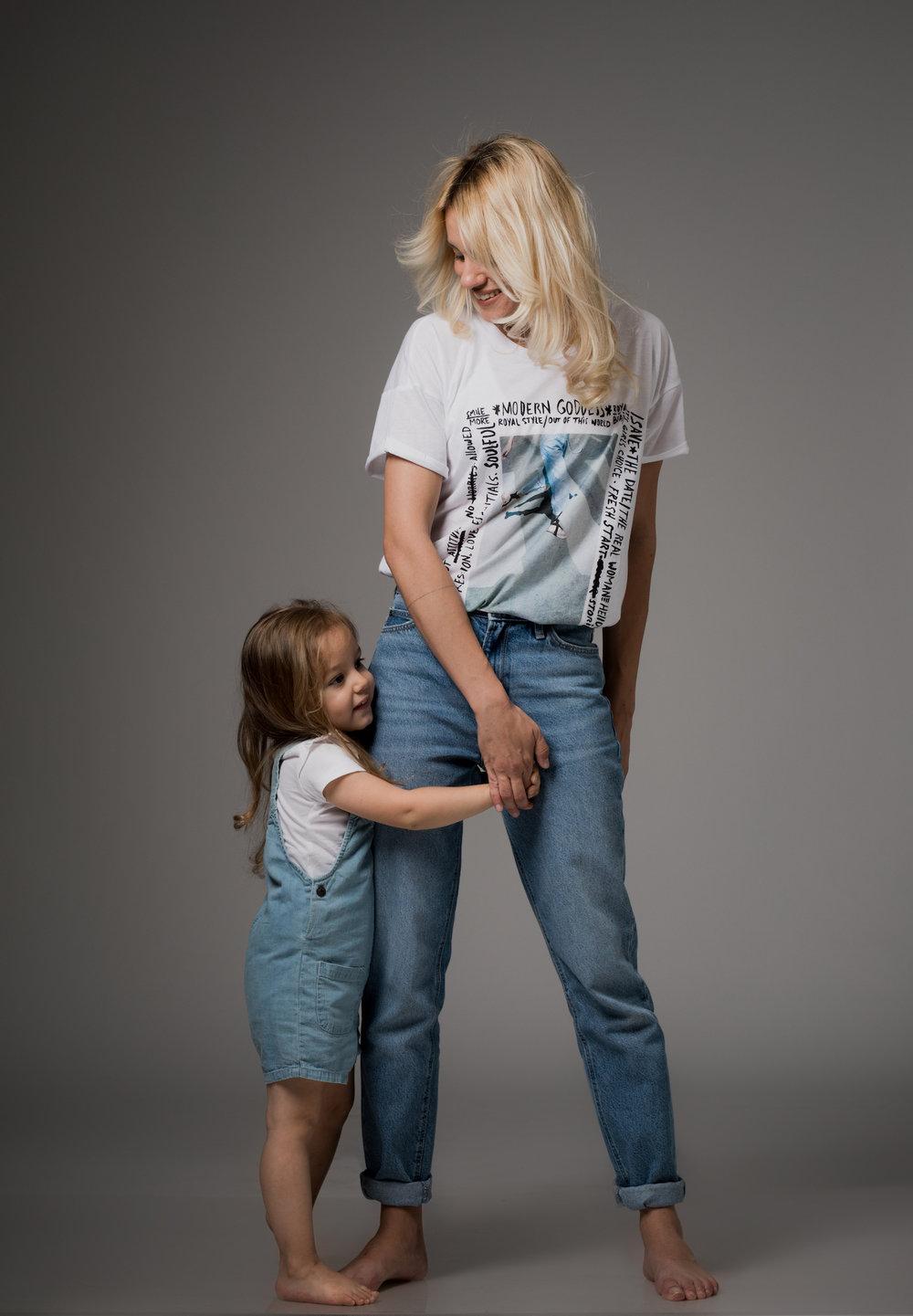 מעיין לובשת: חולצת טי MANGO,ג׳ינס LEE מבית www.terminalx.com   מיה לובשת: חולצה ואוברול ג׳ינסFOX Baby