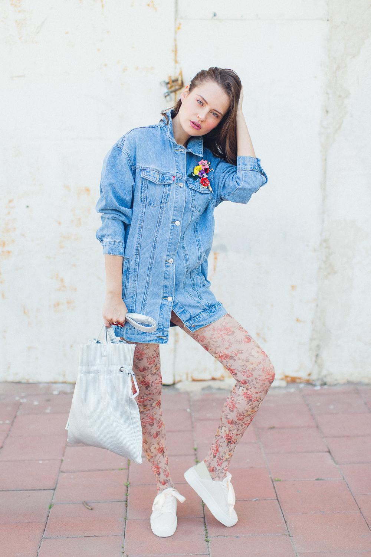 ג׳קט ג׳ינס, מכנסיים, תיק ונעליים:Yanga. תכשיטים: יבגניה קרפובה