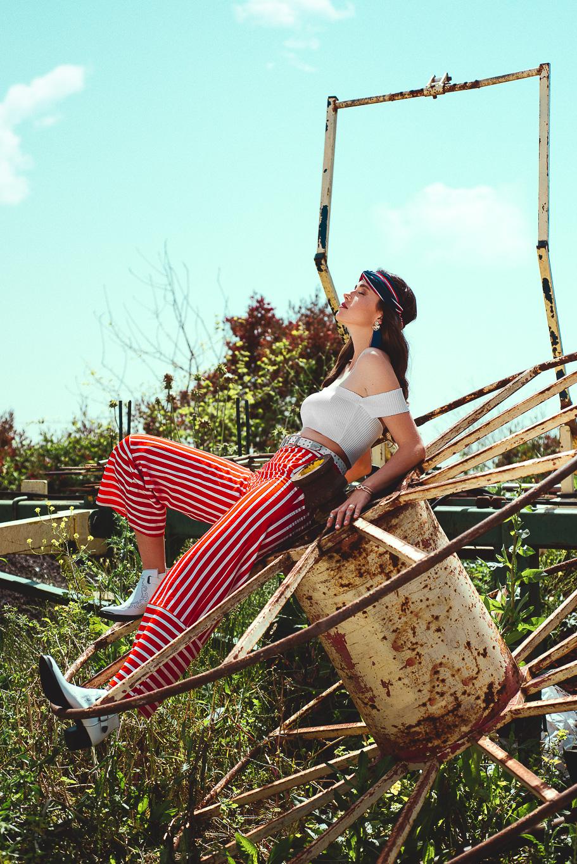 מכנסיפסים אדום לבןZARA, חולצת קרופ לבנהADIKA, חגורה וסרט שיער STRADIVARIUS, עגילים BERSHKA, מגפיים CASTRO (צילום: עידן שיסטר)