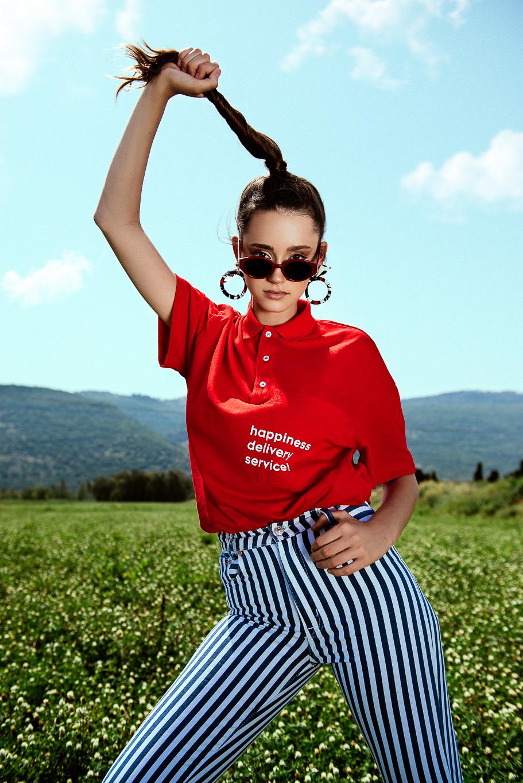 מכנסי ג׳ינס פסיםPULL&BEAR,חולצת פולו אדומהZARA, עגילים ומשקפי שמשSTRADIVARIUS (צילום: עידן שיסטר)
