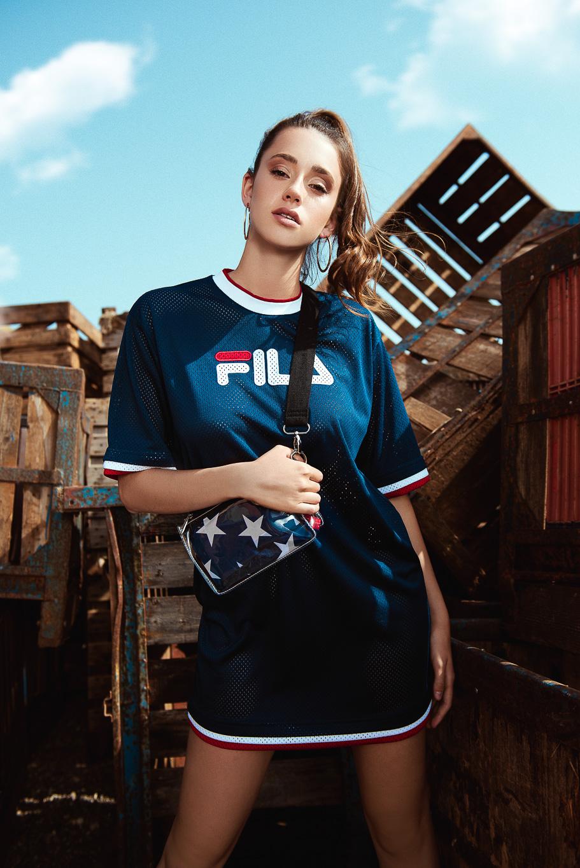 שמלה טי-שירט FILA וינטג׳ לטרמינל X,פאוץ׳ שקוף FIX (צילום: עידן שיסטר)