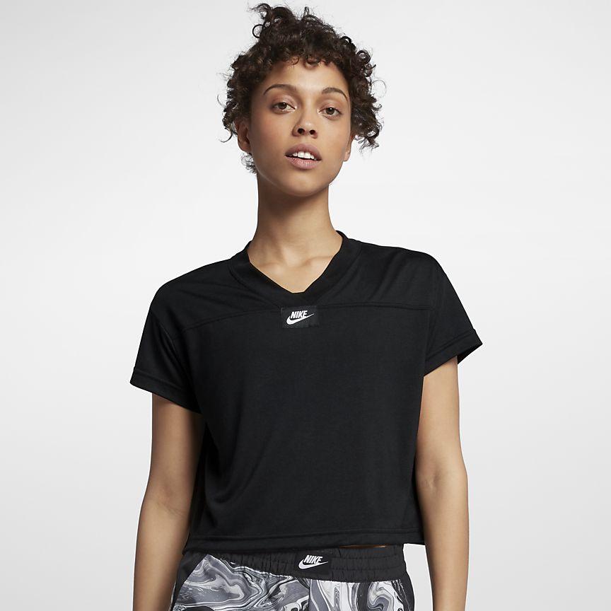 Nike Sportswear - קרופ טופ ספורטיבית מעוצבת עם לוגו לאימון וליום-יום. מגיעה בשחור ובורדרד.מחיר: 88.90₪ (במקום 134.90₪)