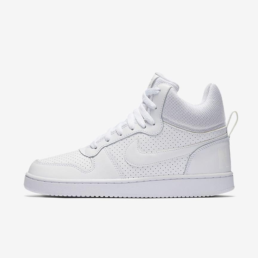 Nike Court Borough Mid - הסניקרס הגבוהות הקלאסיות של נייקי, בגוון לבן נקי וטרנדי.מחיר: 218.90₪ (במקום 319.90₪)