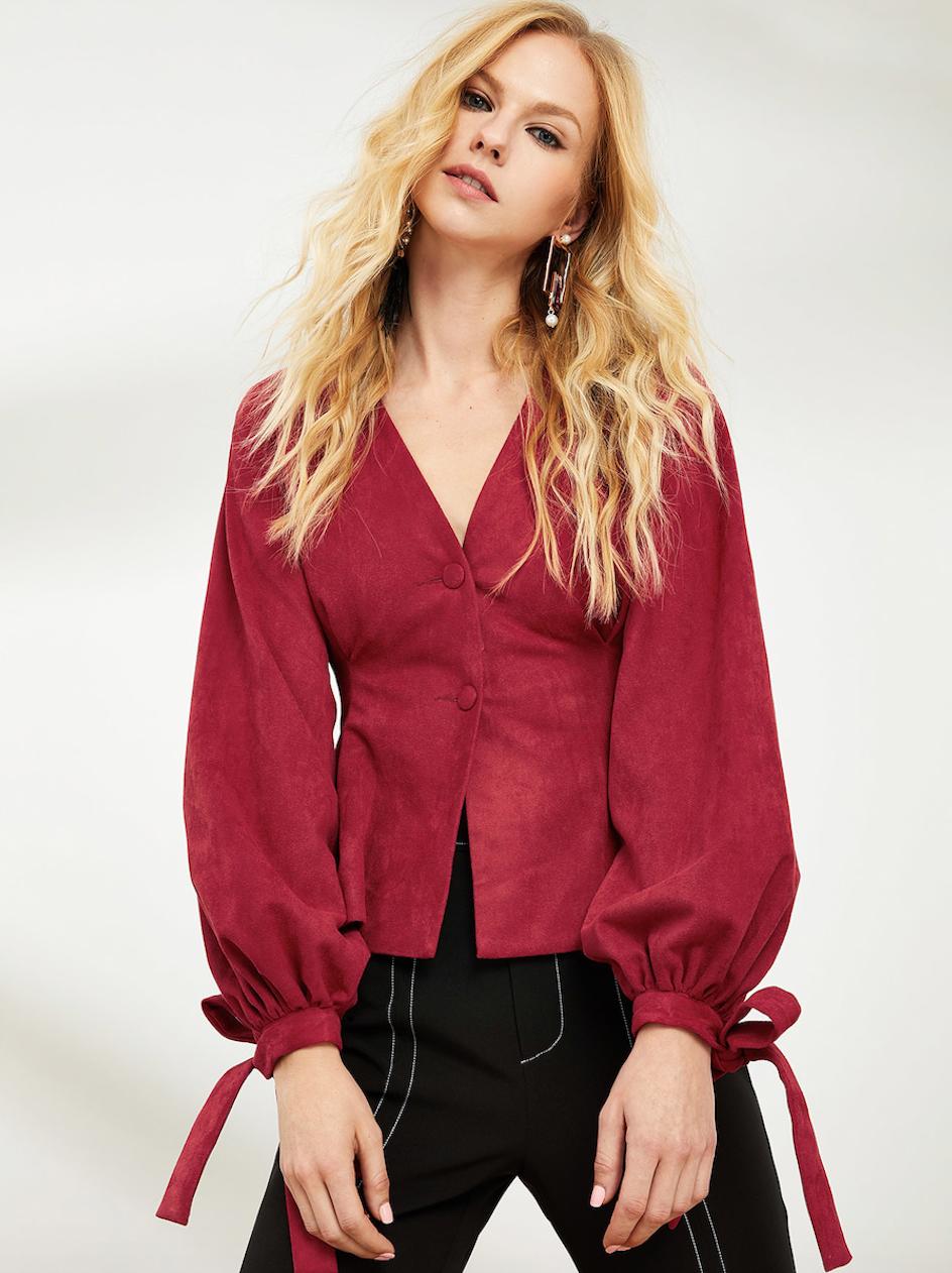 חולצת כפתורים זמש עם שרוולים תפוחים בגוון אדום יין