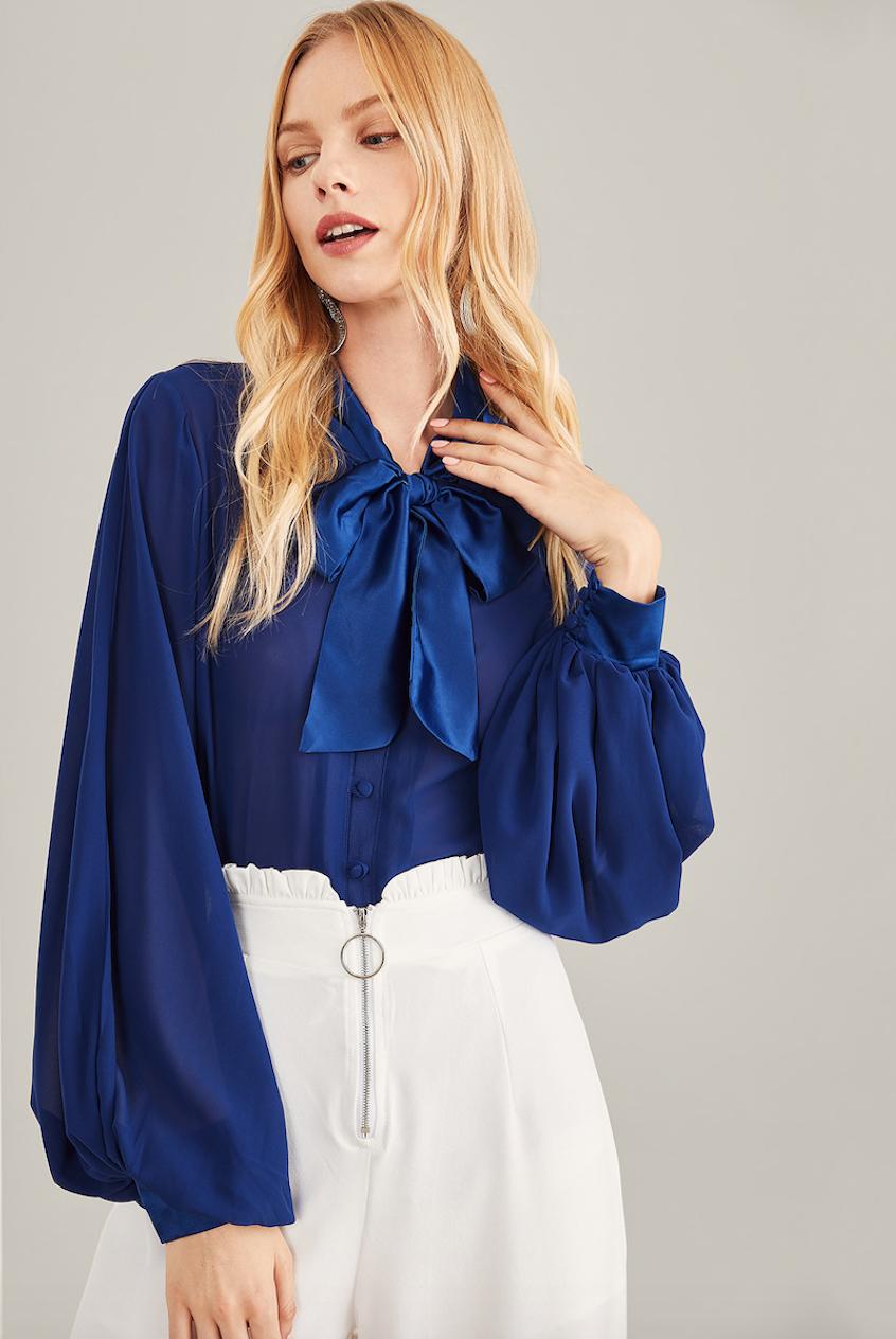 חולצה רומנטית בגוון כחול רויאל עם שרוולים תפוחים וקשירת צווארון