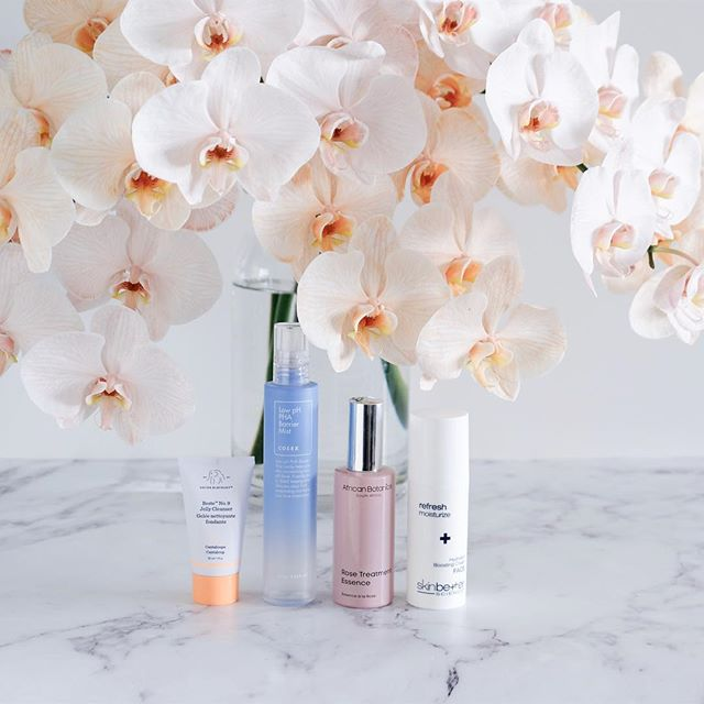 I love a good and low key skincare routine and these orchids.... Cleanse with @drunkelephant Beste No 9 Cleansing Jelly*  Tone with @cosrx Low pH PHA Barrier Mist* (thank you @beautytapofficial)  Treat with @africanbotanics Rose Treatment Essence*  Moisturise with @skinbetter Hydrating Booster Cream*  #drunkinlove #drunkelephant #cleanbeauty #cosrx #beautytap #beautytapofficial #koreanbeauty #koreanskincare #kbeauty #africanbotanics #greenbeauty #naturalbeauty #naturalskincare #skinbetter #skinbetterscience #luxuryskincare #luxurybeauty #cosmeceutical #skincare #skincarejunkie #skincareaddict #skincareobsessed #skincarediary #skincareroutine #skincareritual #orchids #phalaenopsis #freshflowers