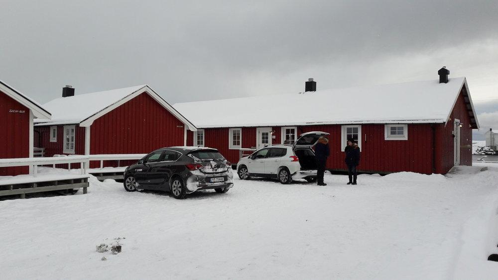 Onze auto's aan onze rorbuer in Hamnoy