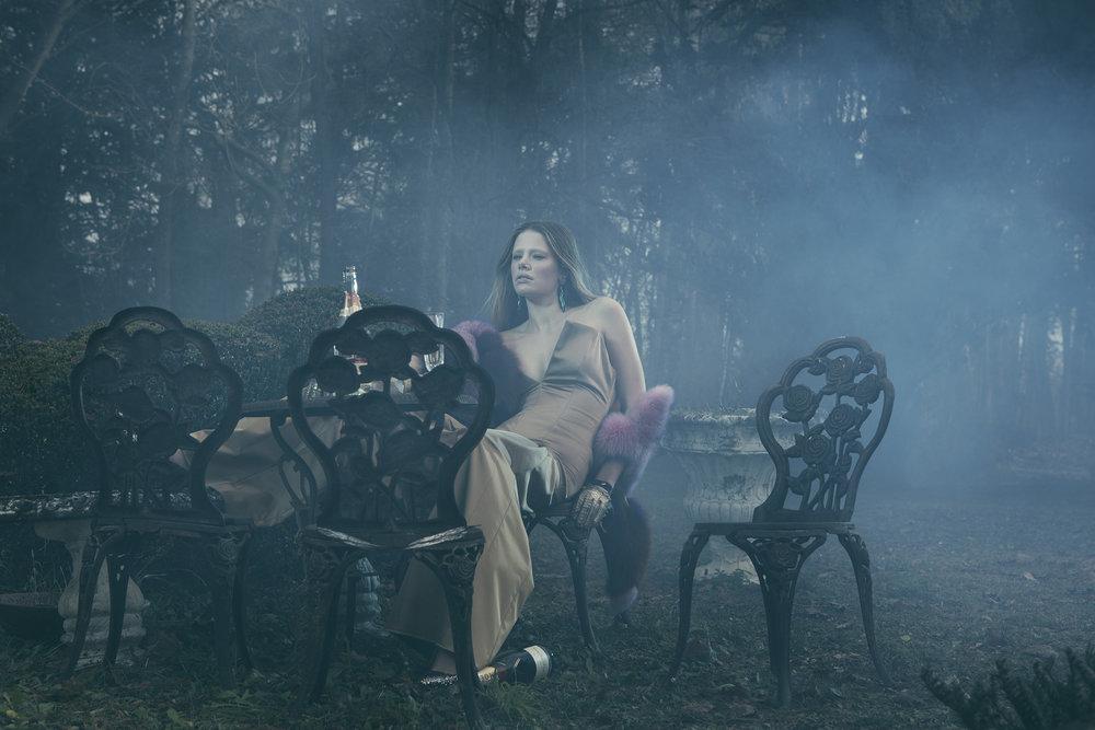 Anatol de cap Rouge - crumbling - girl in chair