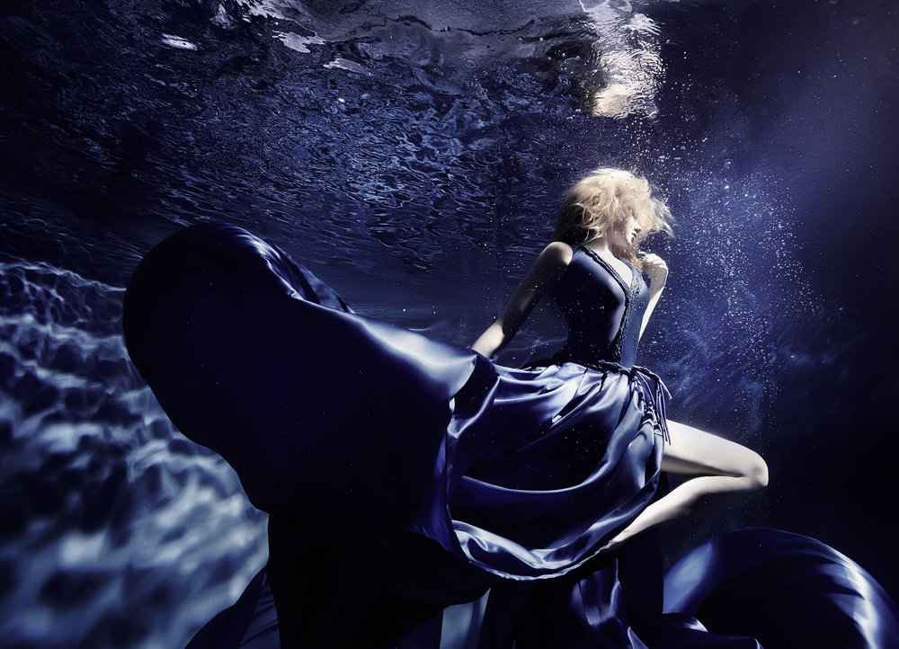 Susanne Stemmer girl dancing in blue dress underwater