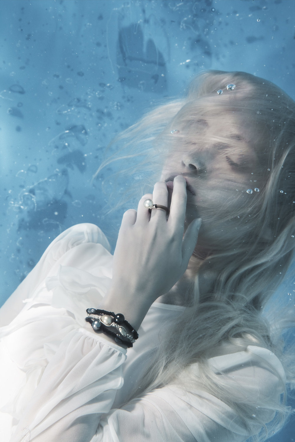 Susanne Stemmer girl underwater with bracelet