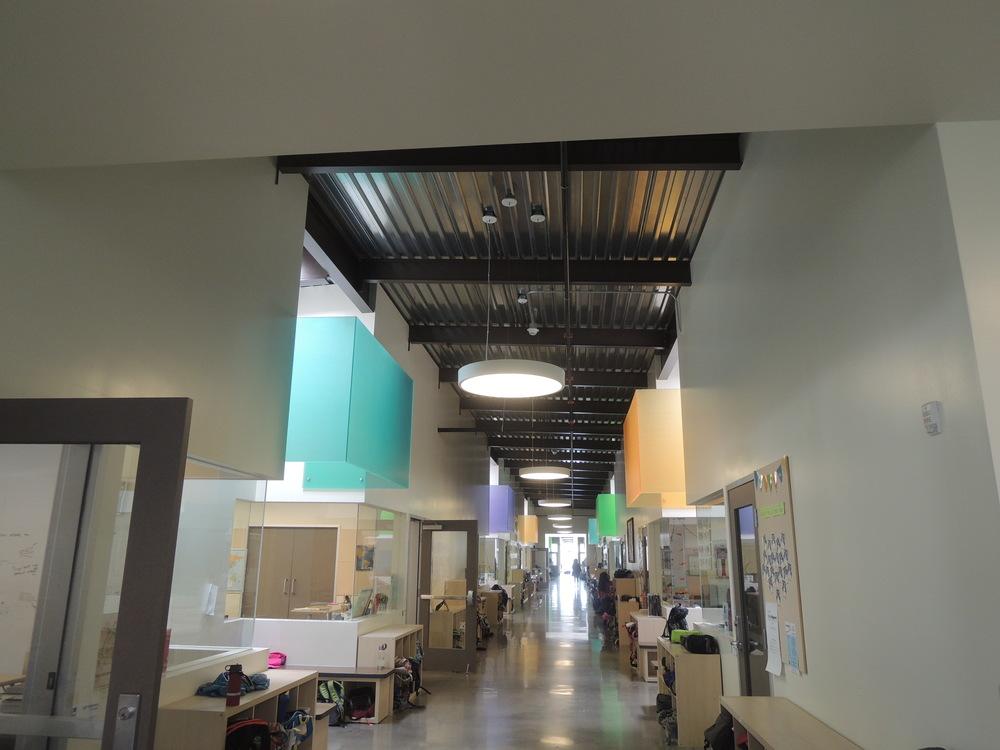 教室の様子が廊下からもよくわかる、オープンな空間