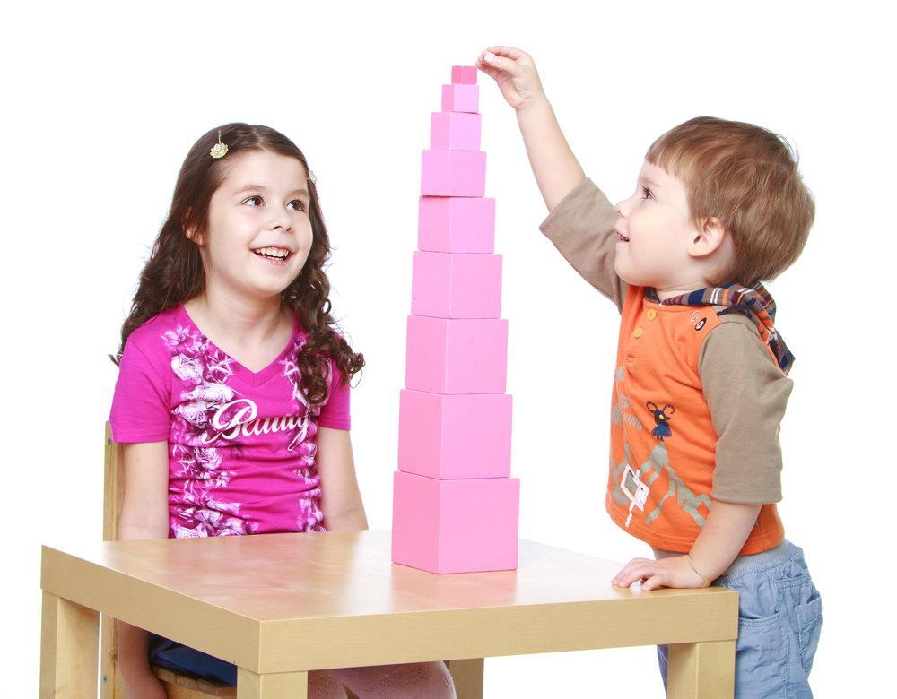 モンテッソーリの代表的な教具の一つであるピンクタワーを使ったお仕事に集中する子ども