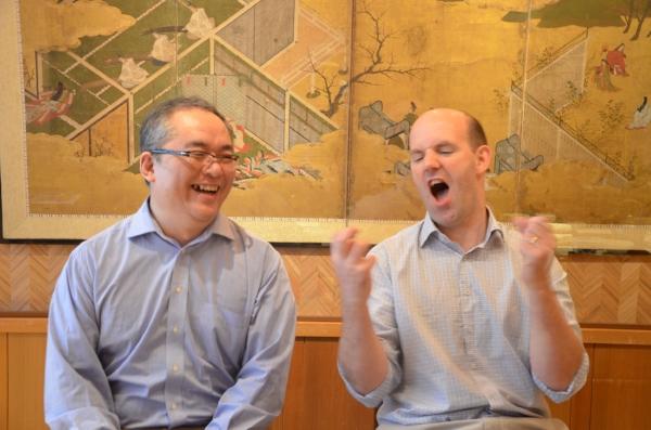 時にはこんなお茶目な一面も。左から)RSコンポーネンツ 長谷川氏、エベン氏