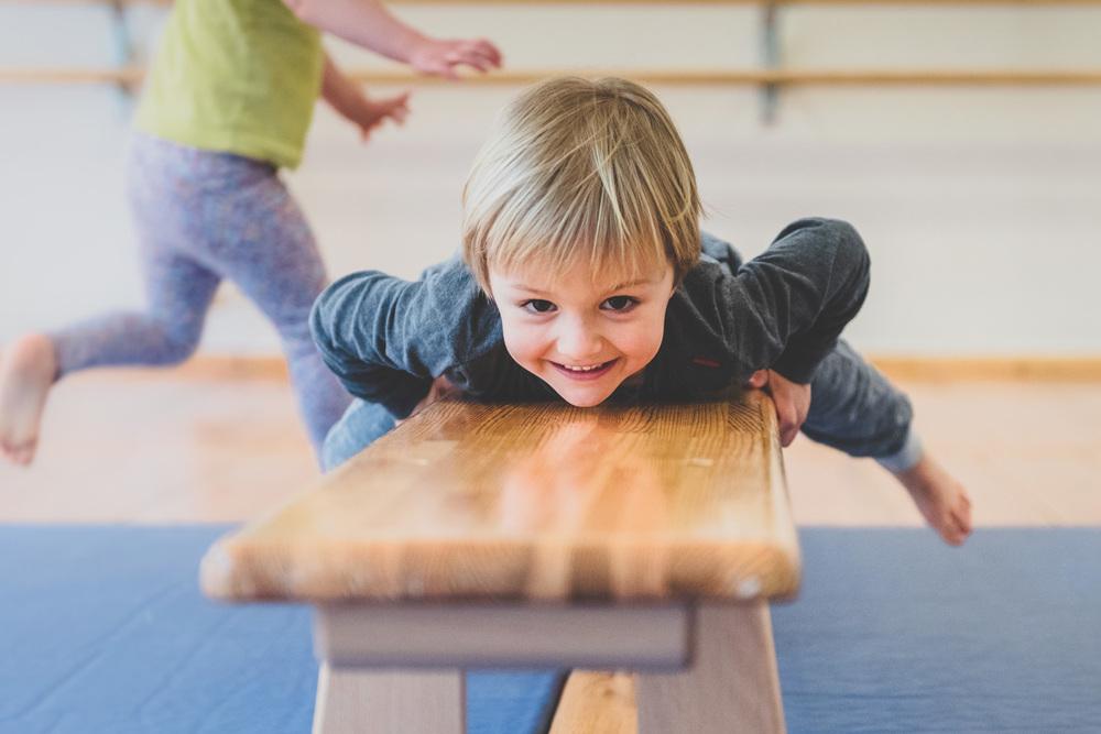 4 jähriger Junge lacht - Turnbank