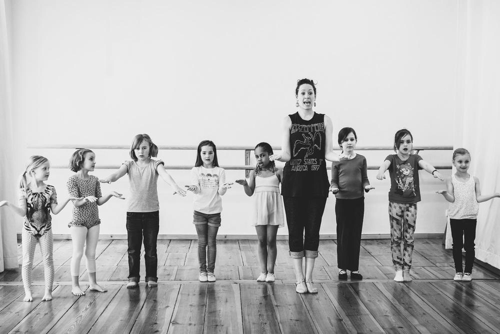 Kindergartenkinder mit Musical Lehrerin - tanzen