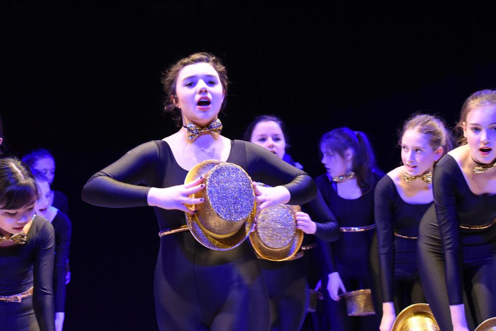 Mädchen auf der Bühne - Formation - singen und tanzen