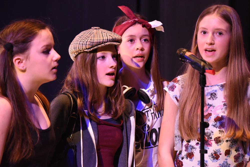 4 Mädchen vor Mikrophon - singen