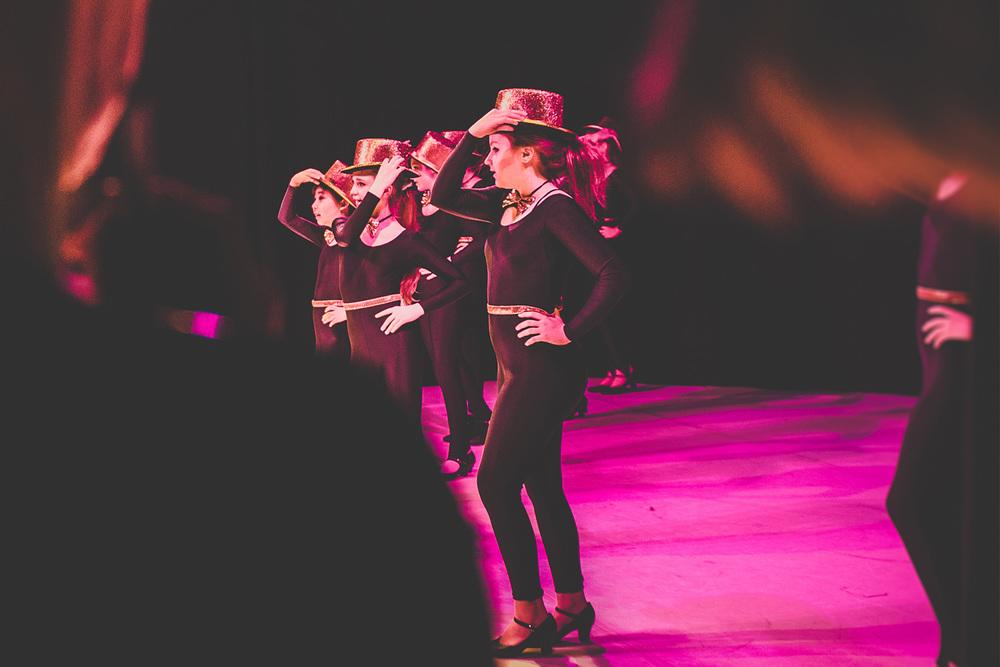Blick auf Bühne - Teenager tanzen Musical Chorus Line