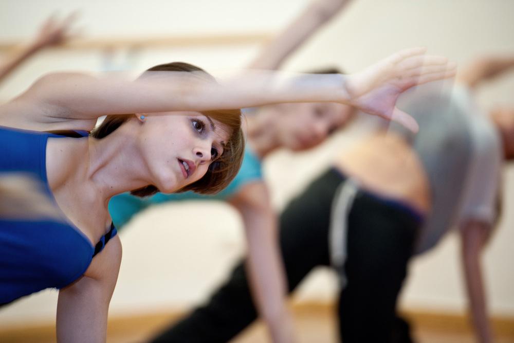 Teenager tanzen in Tanzstudio - moderner Tanzstil