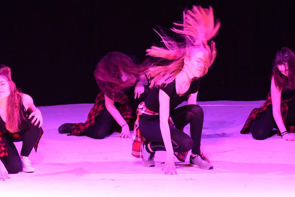 Street Dance Aufführung - jugendliche Mädchen auf der Bühne