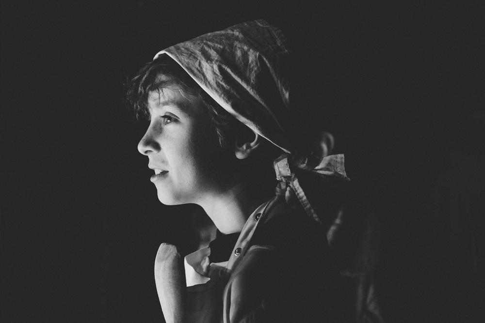 Portrait Junge auf der Bühne