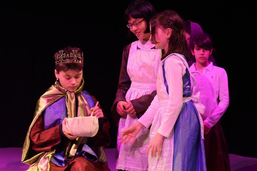 Kinder Theateraufführung - König
