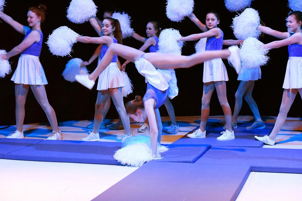 Mädchen auf Bühne Cheerleader Kostüm