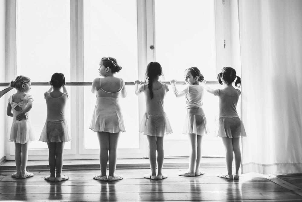 Junge Mädchen an Ballettstange