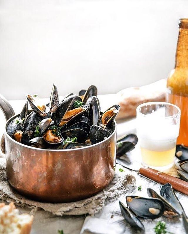 S•H•E•L•L•F•I•S•H Need we say more?! This long weekend, Bahama John's will be featuring fresh BC shellfish. We've got mussels steamed in coconut lime curry and oysters on the half shell with hot toppings… talk about luxury cuisine, amiright? • • • Photo via @sliceofpai
