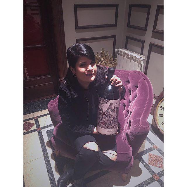 • MALBEC ARGENTINO • . Homenaje a las mujeres que formaron parte de la historia del Malbec de la mano de la gran @lauracatenamd ❤️ . Aquí en mis manos la nueva etiqueta de #malbecargentino que retrata a cada una de ellas💚 . Gracias @catenawines por este viaje!