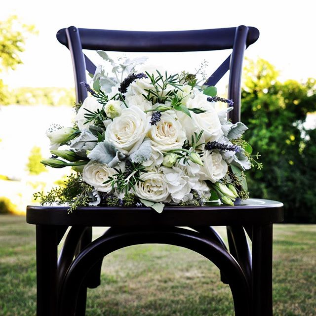 Let's all just stop a moment to take in this gorgeous summer bouquet designed by @budsnbloom! They never cease to amaze us...and those chairs aren't bad either! 💕🌿🍾 #wisconsinweddings #vintagefarmhousetables #greenbaywedding