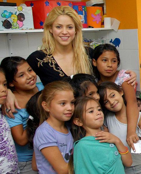 485px-Shakira_e_crianças