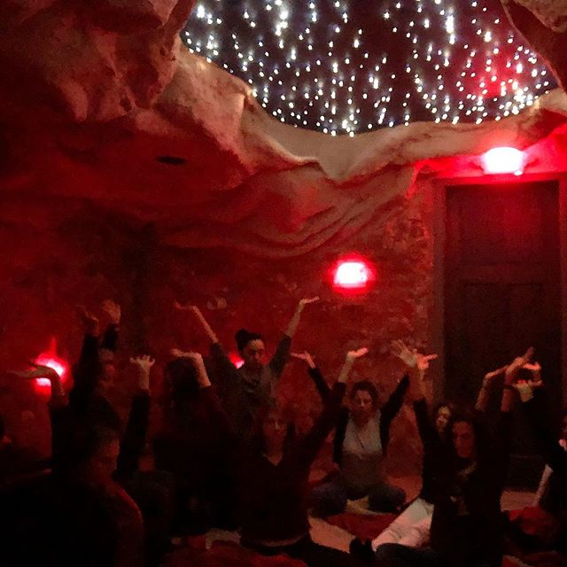 💫Magical evening ⭐️ Thank you 🙏🏻🙏🏻🙏🏻@montauksaltcavedowntown 🌸🧘🏼‍♀️🕉@melissafrenchyoga for the amazing experience at the Himalayan Salt Cave #magic #body #mind #pranayama #joy #fun #spirit #nycevents #meditation #salt #himalayansalt