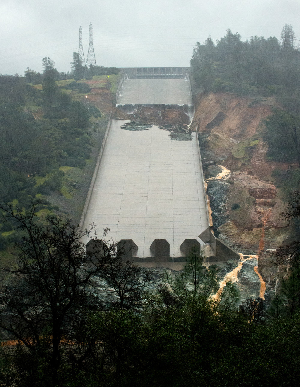 Oroville Dam Main Spillway Breach.jpg