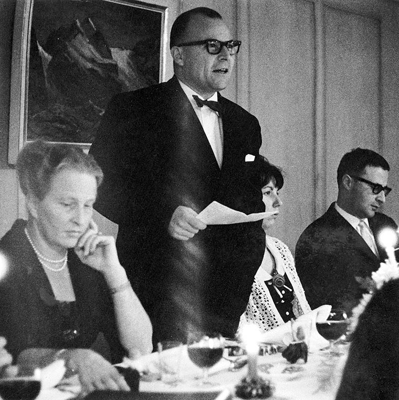Fritz Gerber hält eine Rede am Schlussabend im Bürgisweier-Bad 1965.