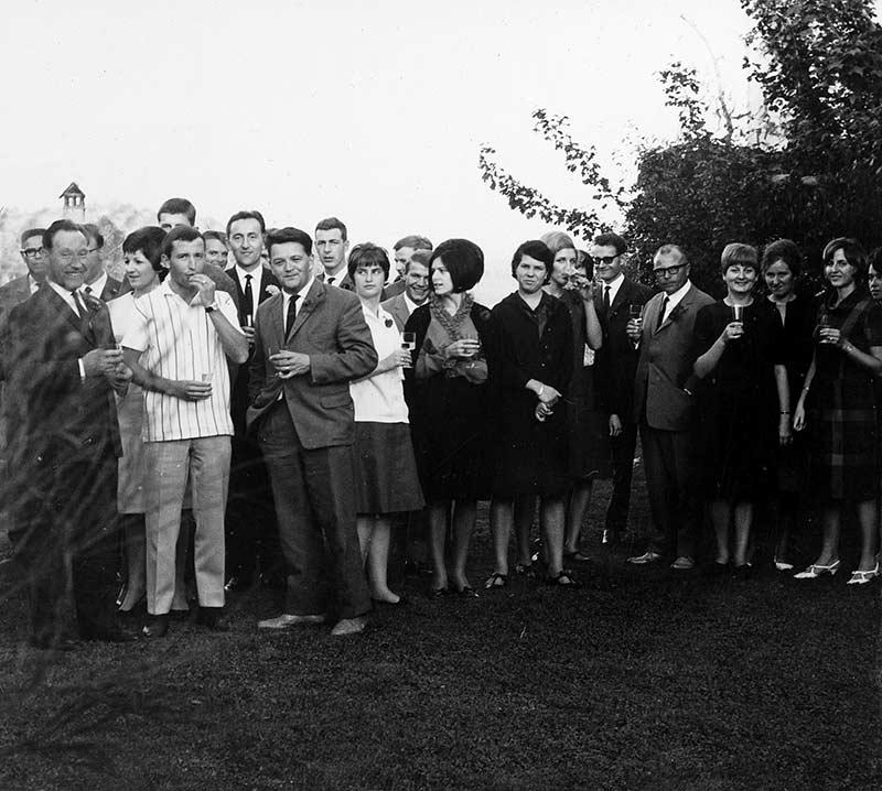 Im Kreise seiner Familie und seiner Angestellten feiert Fritz Gerber 1966 seinen 50. Geburtstag.