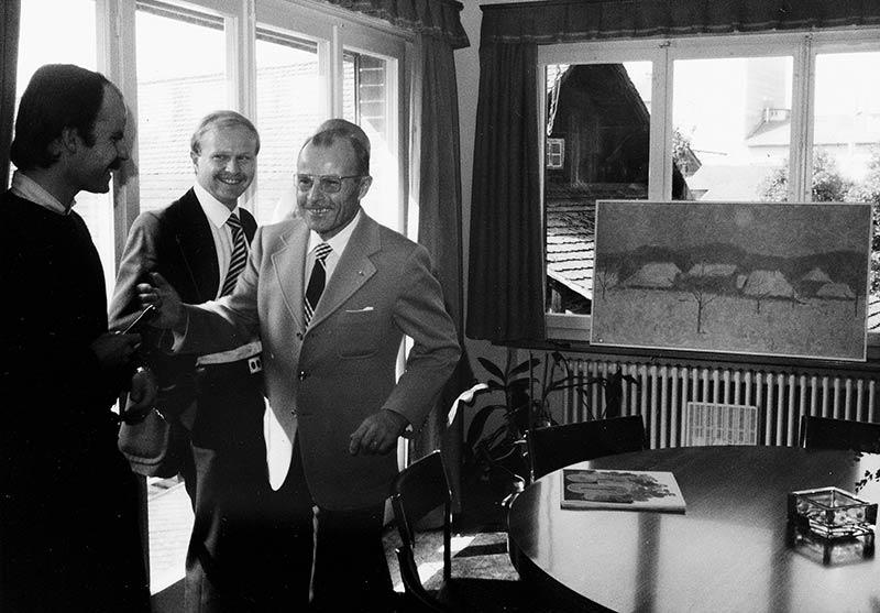 Bei der Geburtstagsfeier und Geschäftsübergabe erhält Fritz Gerber ein Gemälde des bekannten Malers P. Thalmann.