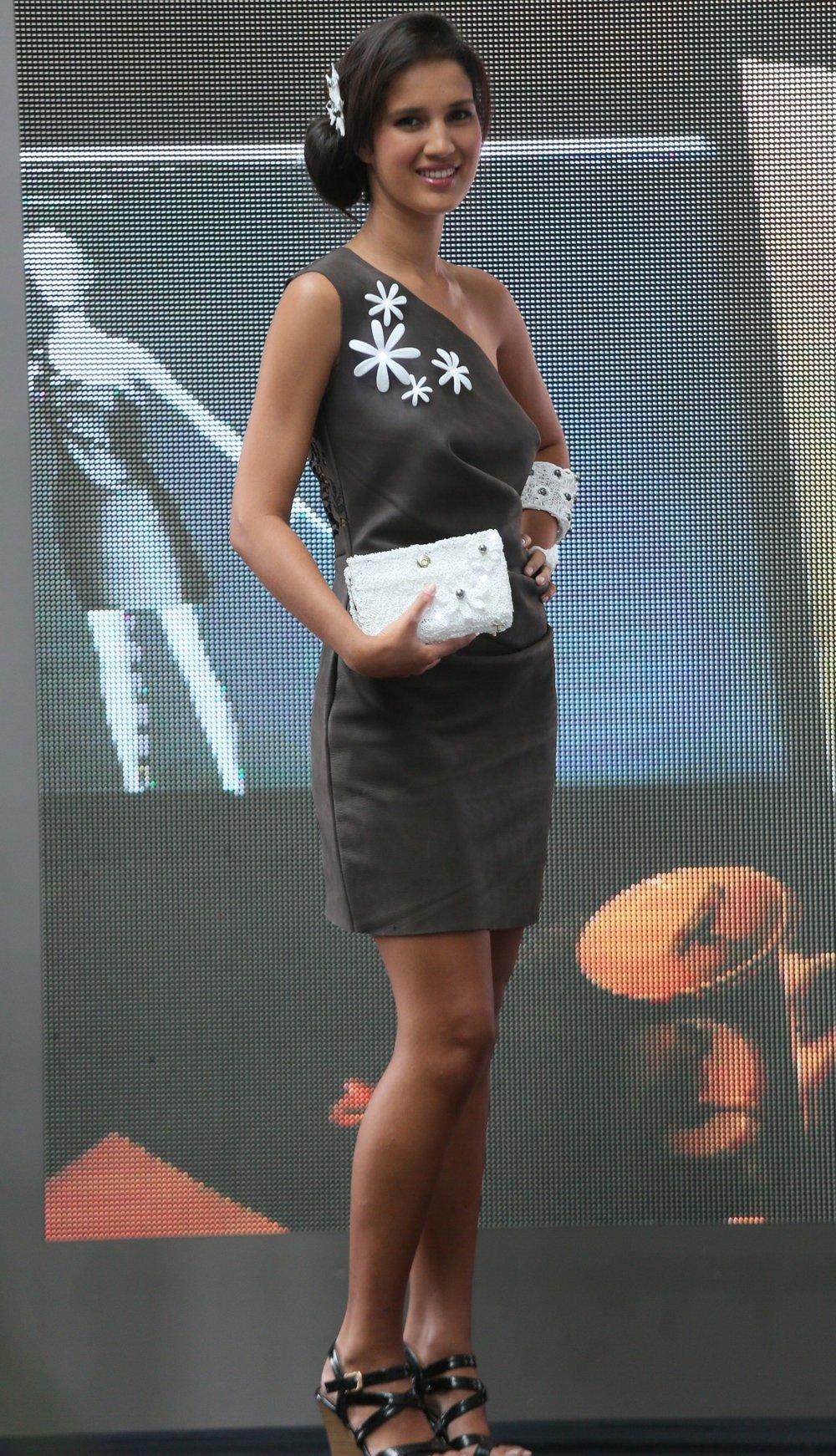 Kanel - porte la première robe réalisée avec l'appui des technologies 3D. Les mensurations de Kanel ont été numérisées ainsi que le patron de la robe. Sa réalisation virtuelle est identique à la réalisation réelle. Les accessoires ont été créés à partir d'une imprimante et d'un stylo 3D