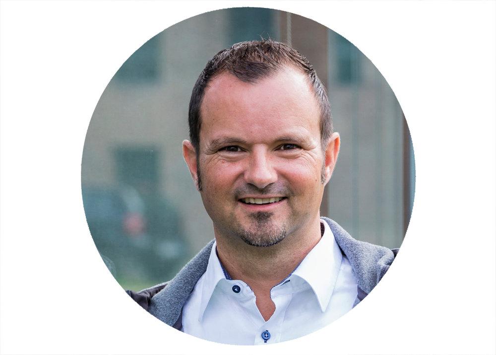 """Positiv, professionell und voller Power… - """"Wir freuen uns, dass wir Chérine für die Moderation unseres Summer Slam mit 2.500 Teilnehmern gewinnen konnten. Auch wenn das Event sehr durchgetaktet und mit einer großen Dynamik im Ablauf bei den einzelnen Sessions gestaltet ist, läuft das mit Chérine super POSITIV, PROFESSIONELL und voller POWER!"""" – Markus Zink, CEO/Vorstand Digitaler Hub Region Bonn AG"""