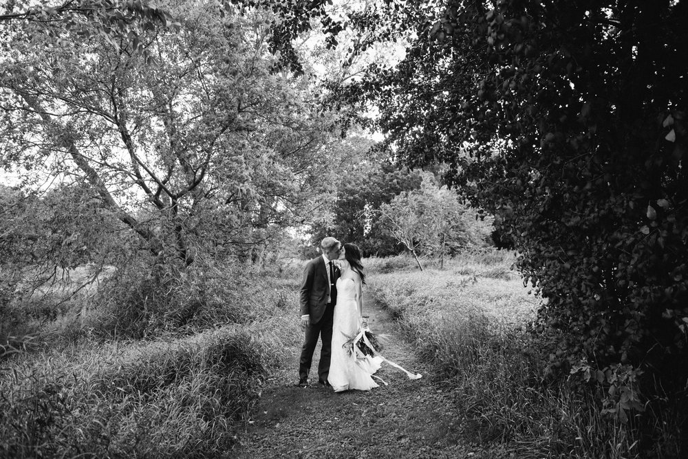 bride-groom-nature-photography-black-white
