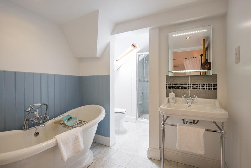 Rm 4 Bath 1.jpg
