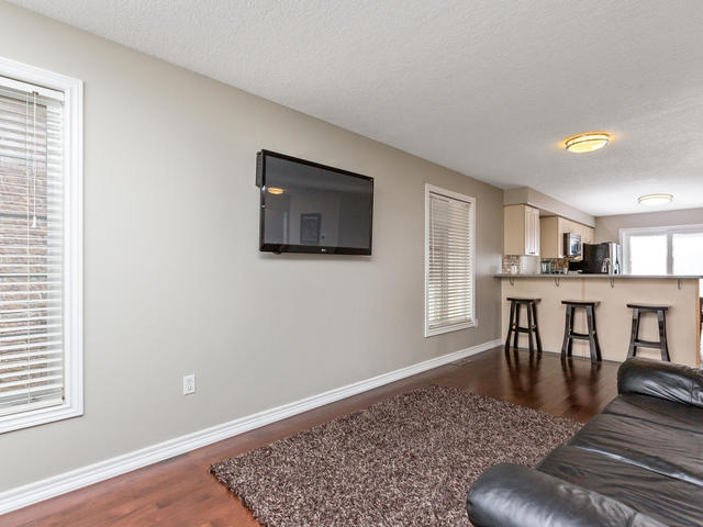 81 Soverigns Gate Barrie ON-MLS_Size-005-2-Living Room-640x480-72dpi.jpg