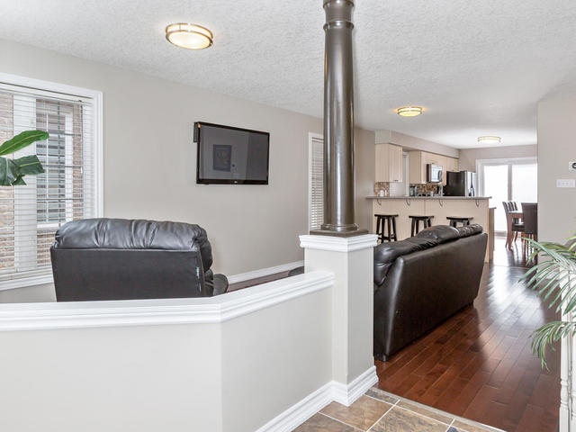 81 Soverigns Gate Barrie ON-MLS_Size-006-1-Living Room-640x480-72dpi.jpg