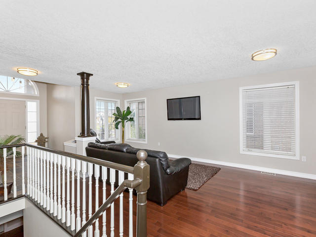 81 Soverigns Gate Barrie ON-MLS_Size-008-10-Living Room-640x480-72dpi.jpg