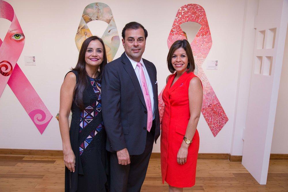 Lorrane Urdaz gerente de Comunicaciones y Asuntos Públicos de Ford, Manuel Vazquez, director de Galería SPACE, Amarilis Reyes directora ejecutiva de Susan G. Komen Puerto Rico. (Foto suministrada)