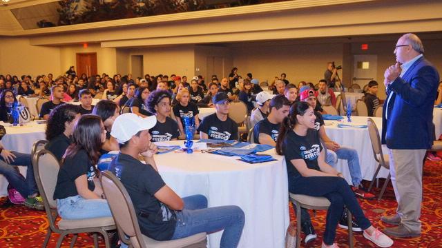 Jim Vella, presidente de Ford Motor Company Fund y Servicios Comunitarios se dirige a los jóvenes participantes del evento.  (Foto: Suministrada)