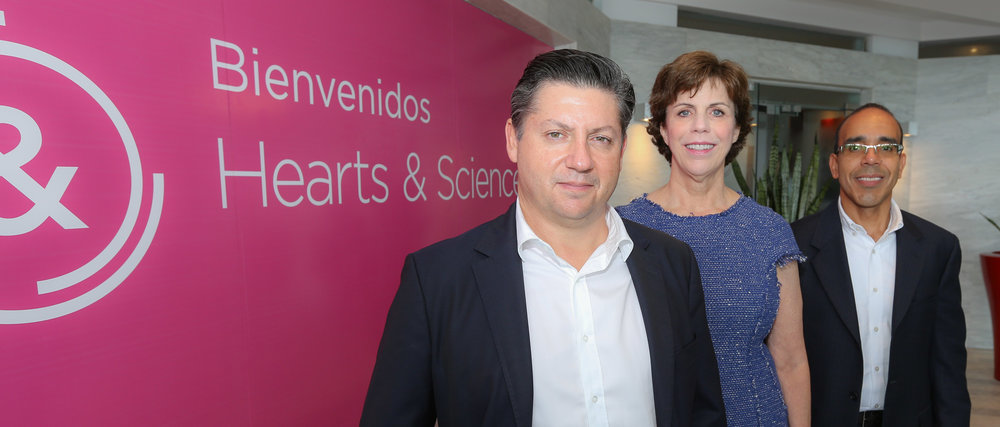 De izquierda a derecha:   Julián Porras, CEO de Omnicom Media Group Latinoamérica, Kathleen Brookbanks, COO Global de Hearts & Science,  y Andrés Claudio, gerente general de Hearts & Science Puerto Rico.