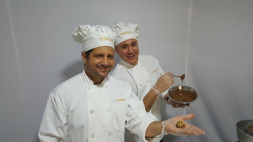 El chef Luis R. Rivera y Edgardo J. Cancel mostraron al público el proceso de confección del Ferrero Rocher.  (Foto: Lillian E. Agosto Maldonado)