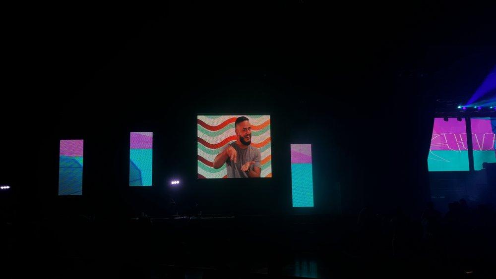 La imagen de Ricardo demostrando las señas básicas estaba en las pantallas del evento. (Foto por: Lillian E. Agosto Maldonado)