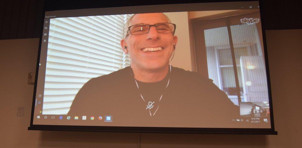 Neil Cohen se comunicó con los presentes vía Skype. (Foto: Suministrada)